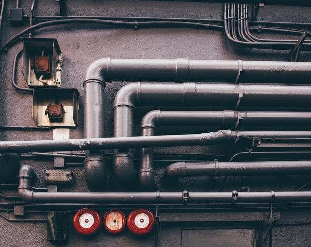 Bilde av rør langs en vegg, VVS system, VVS installasjon, piper, rør